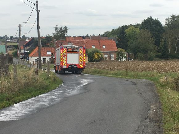 De brandweer ruimde het oliespoor op.
