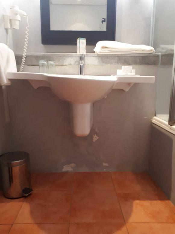 De badkamer in het hotel waar het koppel nu zit.