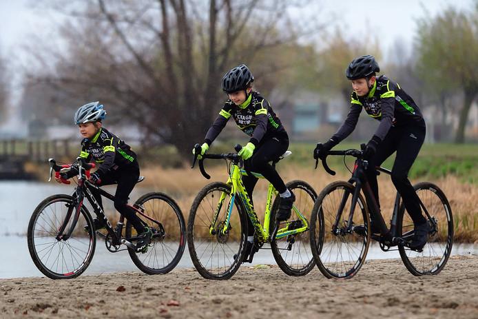 Toby (links), Amy (midden) en Ryan fietsen alle drie op hoog niveau.