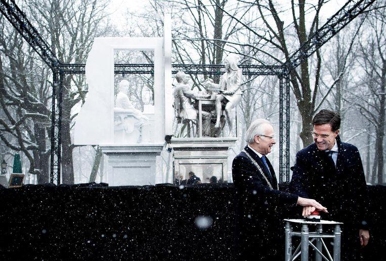 Premier Mark Rutte onthult samen met burgemeester van Den Haag Jozias van Aartsen het standbeeld van staatsman Johan Rudolf Thorbecke aan het Lange Voorhout. Beeld Freek van den Bergh