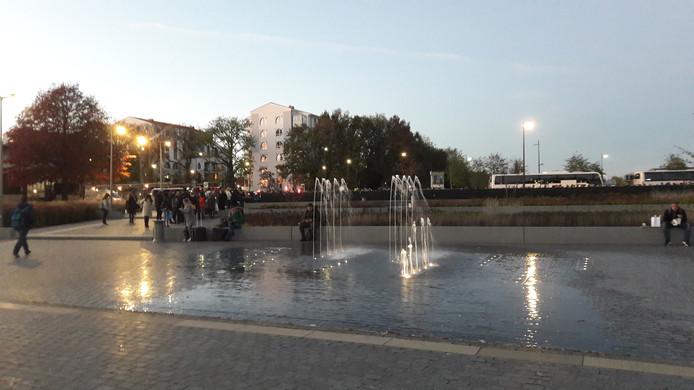 Drukte op station Tilburg, de rij voor het vervangend vervoer is groot.