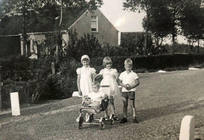 Thea Landman staat links, met het mutsje, naast haar broers en zus.