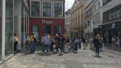 Allemaal in de rij in de Veldstraat