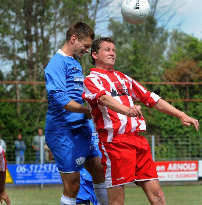 Renato Dijkstra (rechts) in het shirt van Vlissingen.