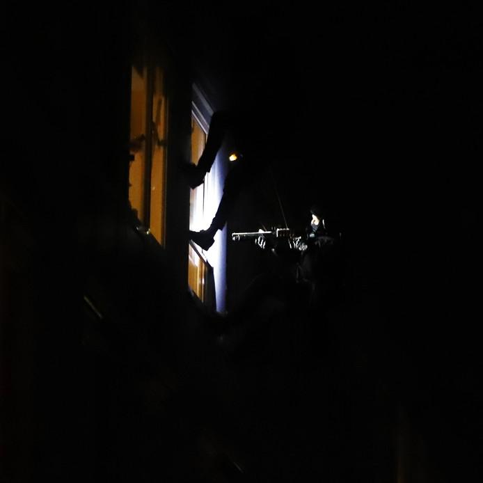 De politie doet een inval in een huis aan de Volmolenhof in Gouda om de bewoner uit huis te zetten. Waarom de man uit huis werd gehaald, wil de politie niet zeggen.