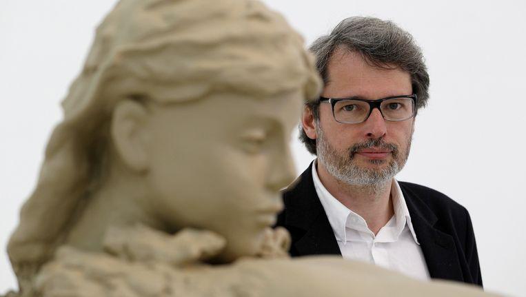 Lorenzo Benedetti bij een werk van de Nederlandse kunstenaar Mark Manders in het Nederlandse paviljoen op de Biennale van Venetie, 2013. Beeld anp