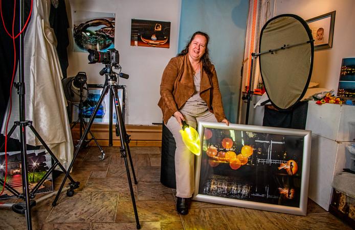Petra Muilenburg in haar studio. ,,Licht fascineert me. Je kunt er sferen mee creëren.''