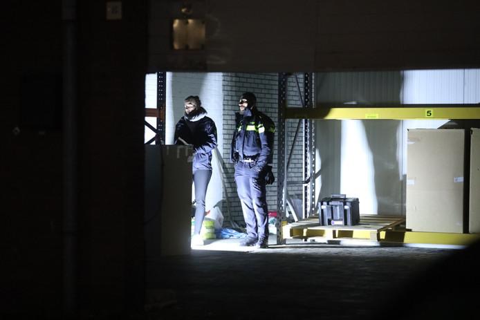 Politie in de loods aan de Leemansweg in Arnhem waar een hennepkwekerij is gevonden.