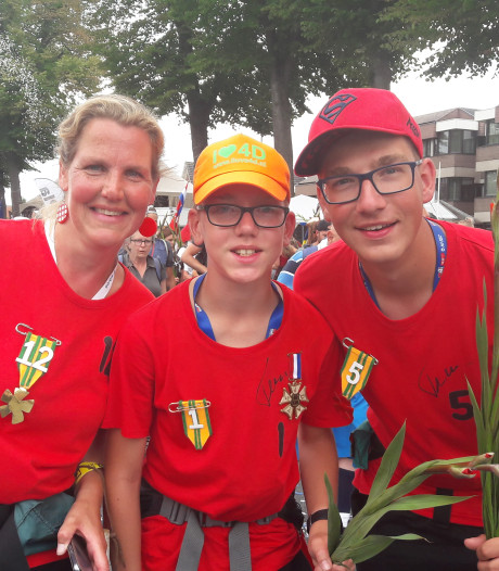 Blije Zeeuwen op de Via Gladiola in Nijmegen: Ik kan wel een dansje doen