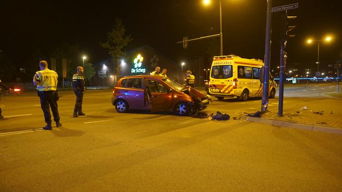 Een automobilist raakte gewond na een botsing in Deventer.