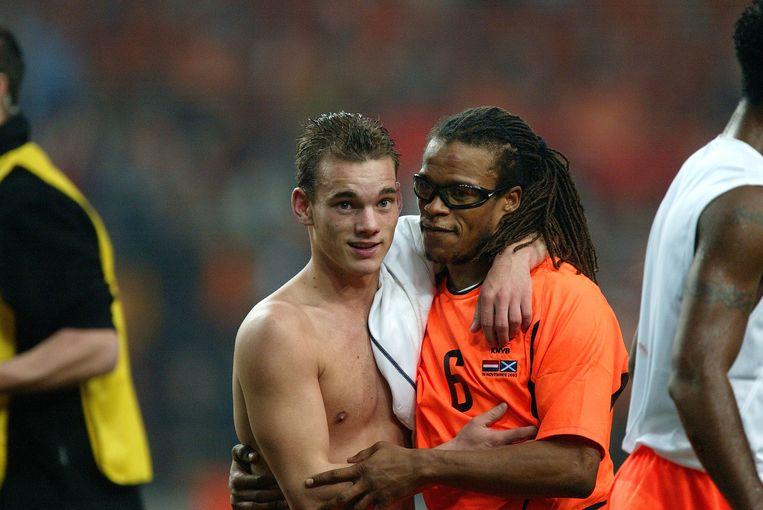 Sneijder viert met Edgar Davids de winst op Schotland. Door de overwinning kwalificeerde Nederland zich voor het EK van 2004 in Portugal.  Beeld AP