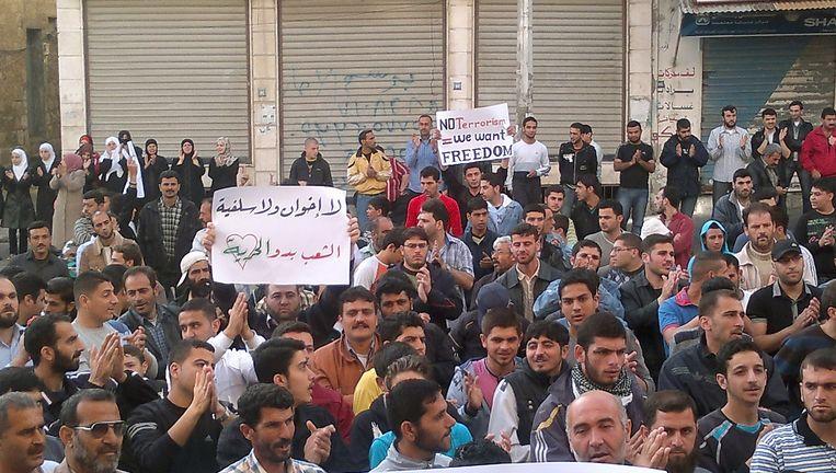 Demonstranten gaan dinsdag opnieuw de straat op kort na de de bekendmaking dat de regering instemt met een wet om de noodtoestand op te heffen. Beeld AFP
