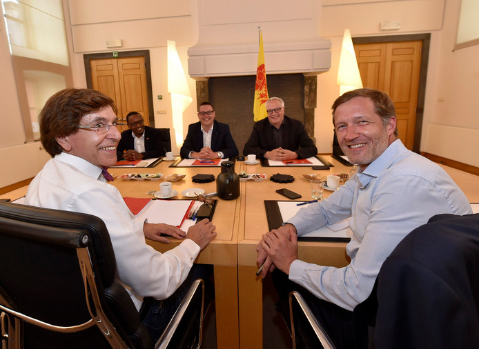 Consultations en vue de former un gouvernement wallon: Elio Di Rupo (PS), Paul Magnette (PS), Germain Mugemangango (PTB), Raoul Hedebouw (PTB)et Peter Mertens (PTB).