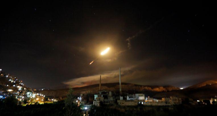 Syrische luchtafweerraketten boven Damascus op 10 mei 2018.