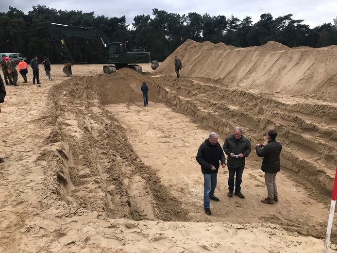 De maandag in de duinen gegraven proefsleuf.