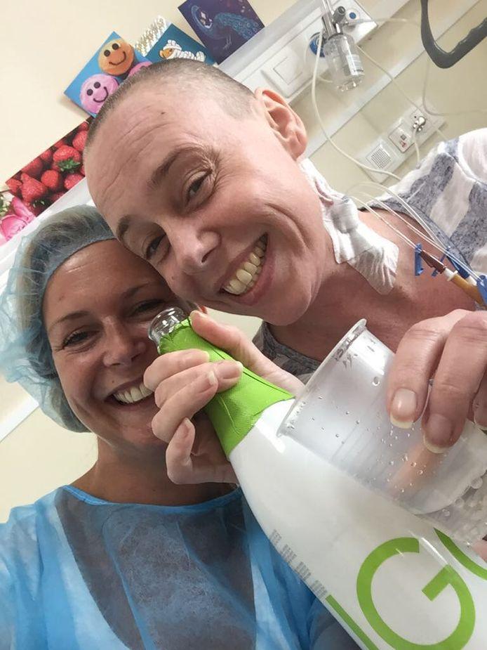 In de kliniek vieren Romaike (rechts) en vriendin Marloes de behandeling met alcoholvrije wijn.
