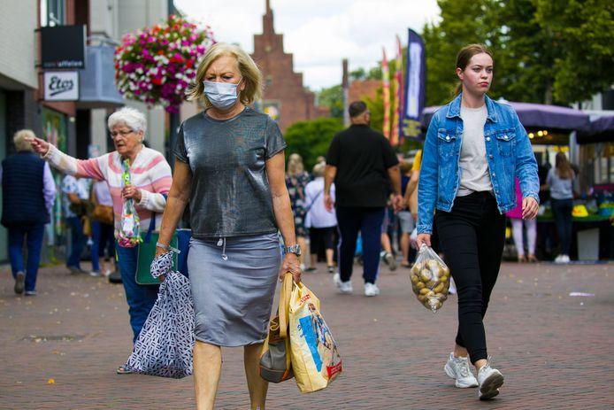 Bij de weekmarkt in Waalwijk is het nog goed zoeken naar mensen met een mondkapje.