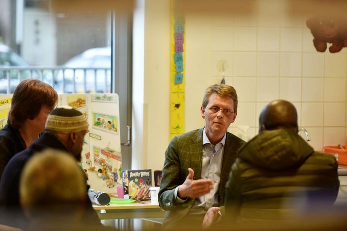 Ronald van der Graaf van het RIVM geeft uitleg over de gifverf.