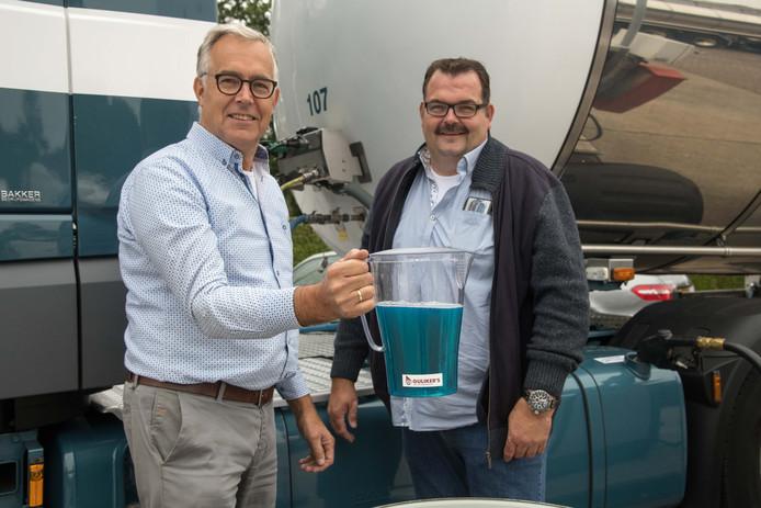Transportbedrijf van vader en zoon Evert van de Brug tankt blauwe diesel.