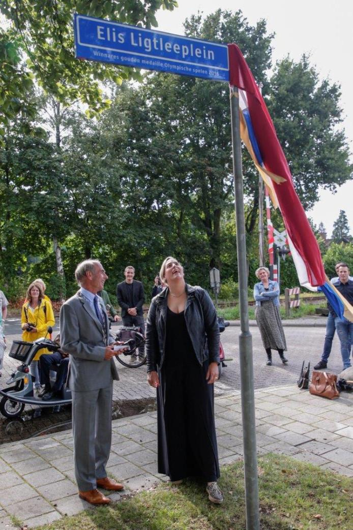 Elis Ligtlee en loco-burgemeester Peter-Paul Steinweg van Brummen bij de onthulling.