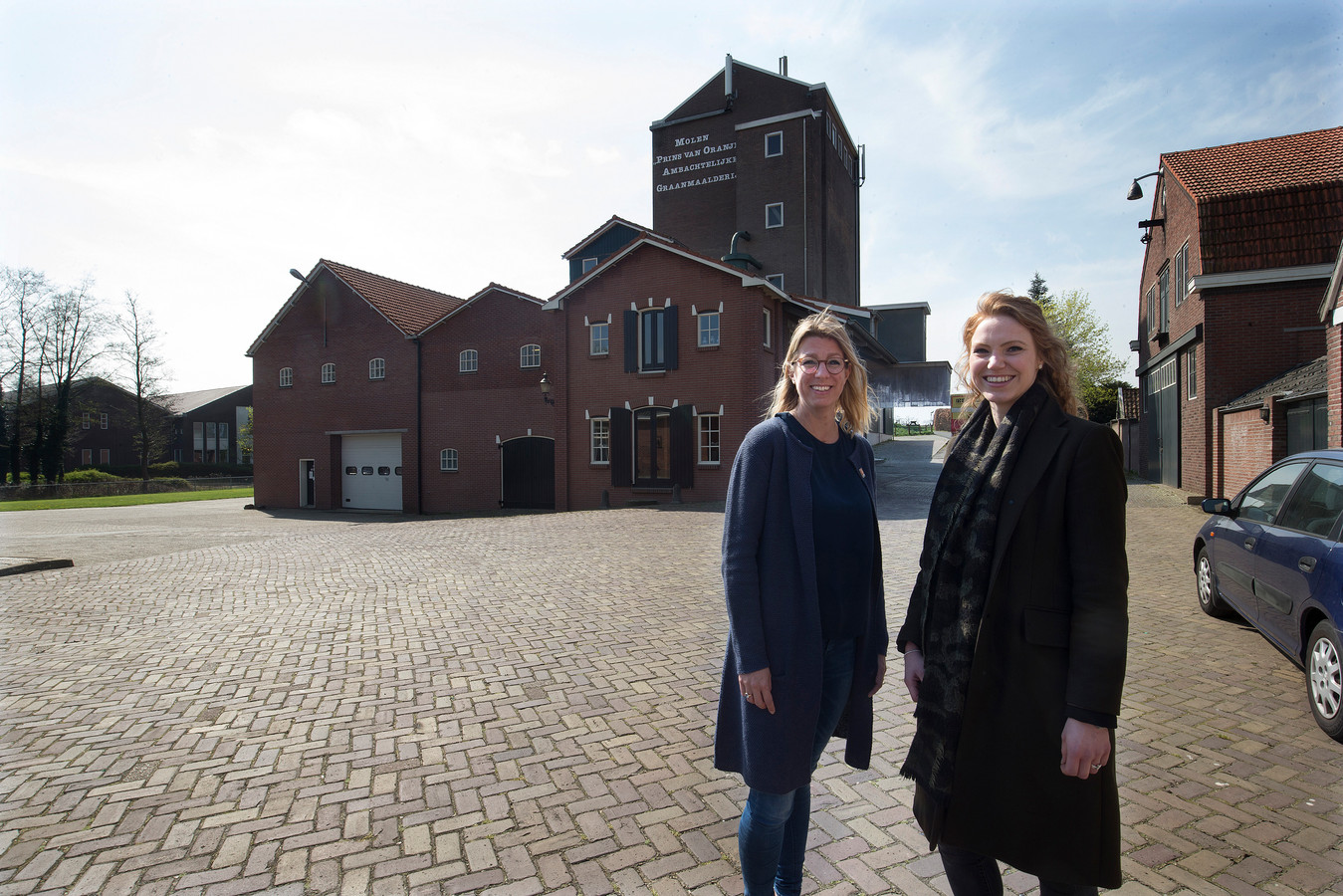 Eva ter Braak (links) en Joanne te Winkel van het Gelders Genootschap voor de maalderij uit 1956 in Bredevoort.