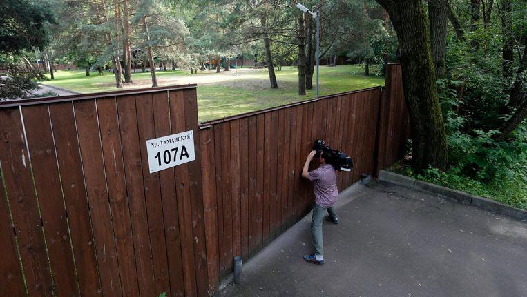 De Russische tv maakt een reportage van de activiteiten rondom de Amerikaanse datsja, nabij Moskou. Het Kremlin heeft het gebruik van het dit ontspanningsoord voor ambassade personeel verboden Beeld null