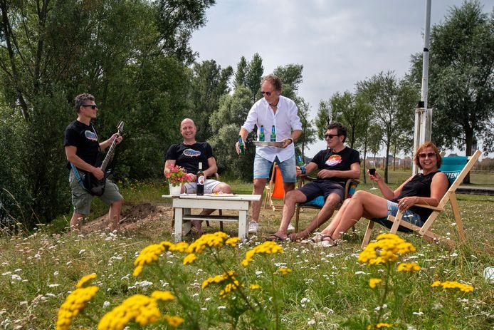 De organisatie bereidt zich op Surfclub Huissen voor op hun festival. Links Frits Reijmers. Foto: Gerard Burgers