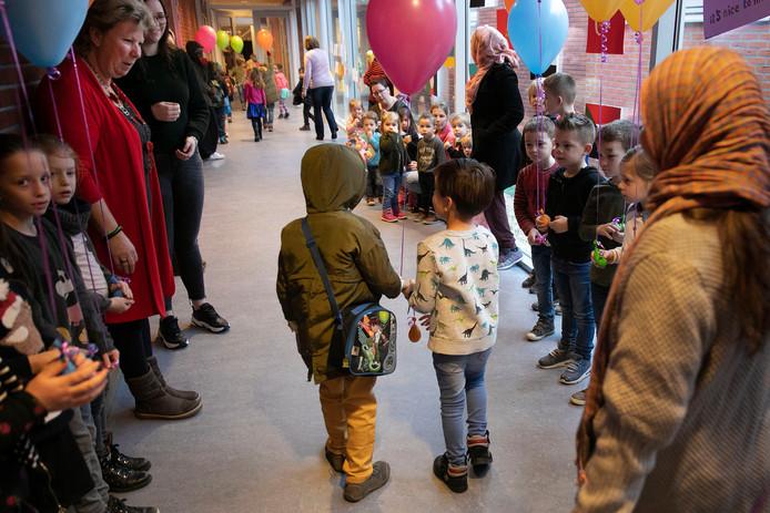 Maarheeze Asielkinderen uit Budel gaan vanaf 31 januari in Maarheeze naar school. In de Muzenberg van basisschool de Stapsteen worden twee groepen geplaatst.