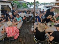 Een glaasje Zwaluws Nat drinken  aan de haven bij Hier is 't in Lage Zwaluwe