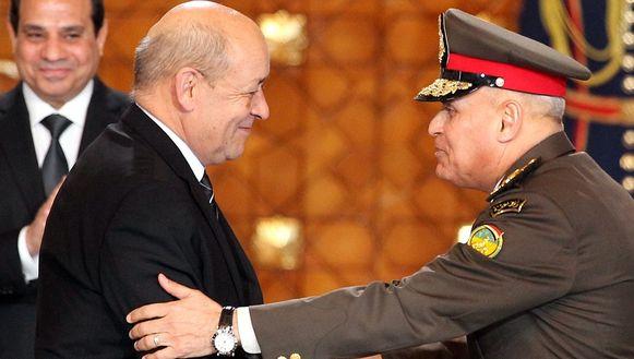De Franse Defensieminister Jean-Yves Le Drian schudt de hand van zijn Egyptische collega Sedki Sobhi (r) na de ondertekening van een enorme wapendeal in Caïro.