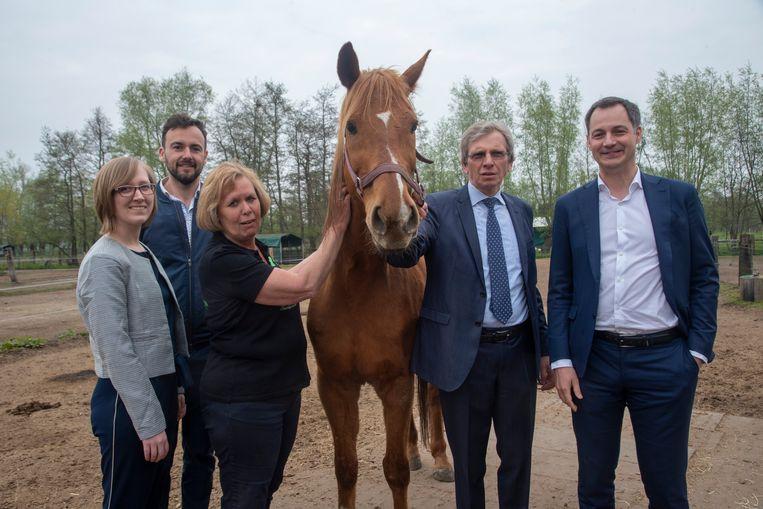 daphné Van Looy en Andy De Cock (Open Vld Laarne), Marina Tondeldeir en Marc Bancquaert (Old Horses Lodge) en Alexander De Croo.