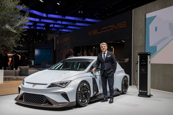 Seat-baas Luca de Meo bij een Cupra, de sportieve tak van de autofabrikant.