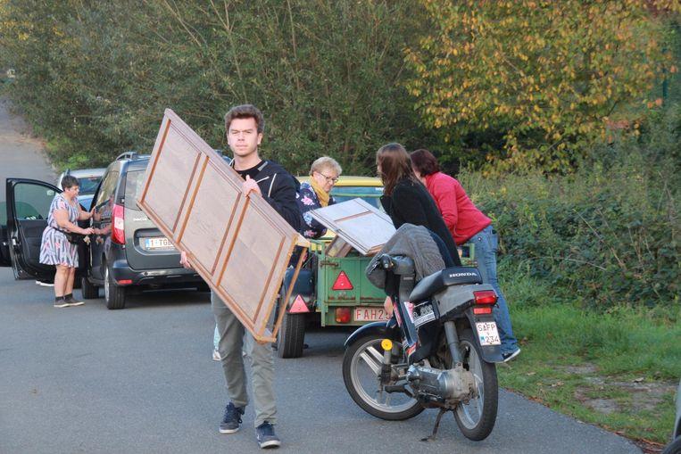 Mensen kwamen zelfs meubelen brengen.