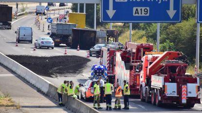 Rode Kruis bedeelt drinkwater in file op A19 na ongeval