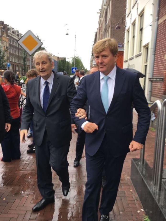 Burgemeester Van der Laan krijgt ondersteuning van koning Willem-Alexander, tijdens een bezoek aan de Amsterdamse Jordaan.