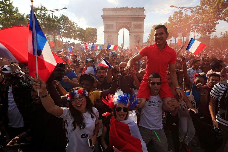 Frans feestje voor de Arc de Triomphe in Parijs.