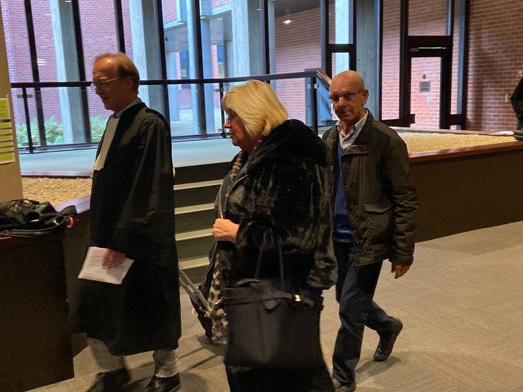 Alternatieve genezer Geert V. verliet samen met zijn advocaat en vrouw de rechtbank