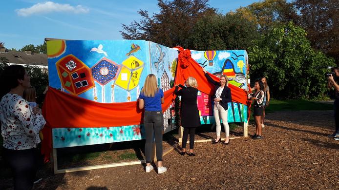 Leerlingen van TCC-locatie Potskampstraat maakten samen met kunstenares Hermine de Vries het kunstwerk in de Palthetuin.