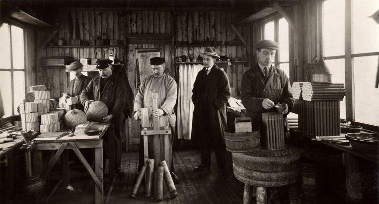 Medewerkers van Vuurwerkfabriek A.J. Kat zijn bezig met het samenstellen van vuurwerk. Leiden, 1923. Beeld null