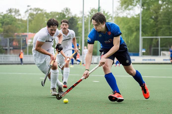 Rick Doorenbos van Breda (blauw) in atie tegen Hattem.