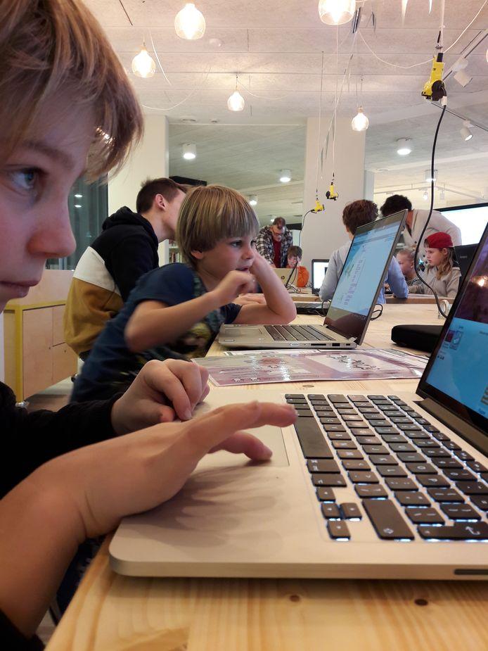 Sil en Jibbe Buckens werken aan Scratch.
