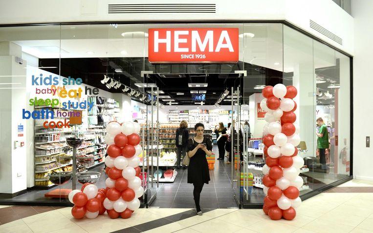 Een klant loopt door de eerste Engelse vestiging van winkelketen HEMA in Victoria Place in Londen. Beeld epa