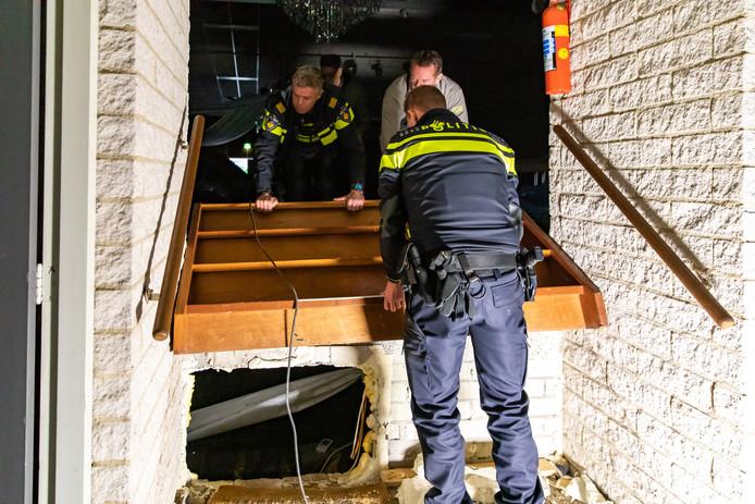 De ingang van de hennepkwekerij zat verstopt achter een trap aan de achterkant van het podium.
