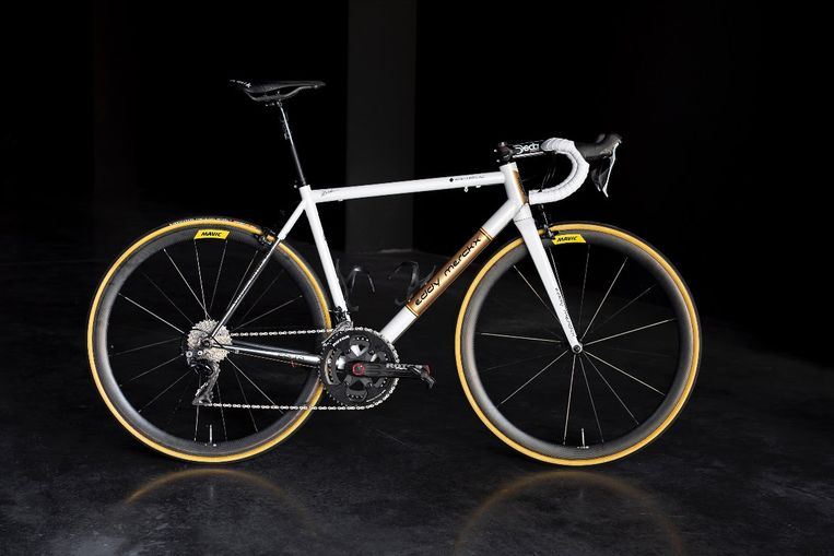 De stalen Merckx-fiets waarmee Naesen morgen de Champs-Elysées rijdt.