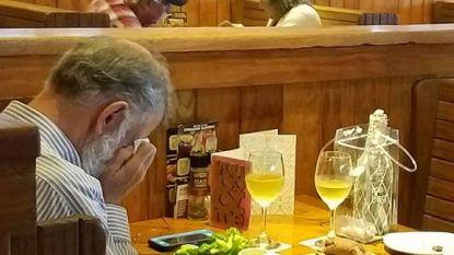 Vrouw fotografeert met Valentijn huilende man op restaurant. En dan merkt ze dat hij tegenover as zit van zijn overleden vrouw