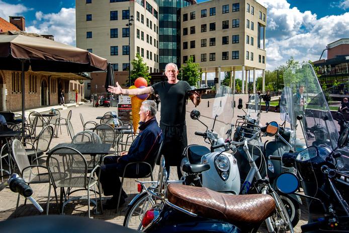 Eric Draaijer van IJz en So baalt al jaren van de vele scooters die zowat op zijn terras worden geparkeerd. De gemeente handhaafde niet: er was te weinig plek voor de scooters. Daar belooft de gemeente nu iets aan te doen: er komen nieuwe plekken bij voor de scooters en wie straks nog op het Stationsplein stalt, kan een boete verwachten.