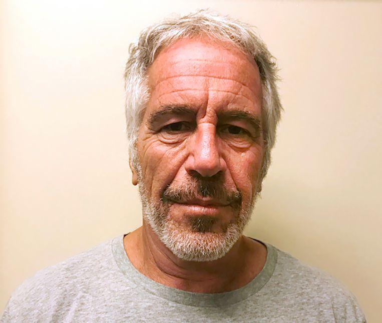 De van kindermisbruik verdachte multimiljonair Jeffrey Epstein, die op 10 augustus dood werd aangetroffen in zijn cel, op een politiefoto.  Beeld AP