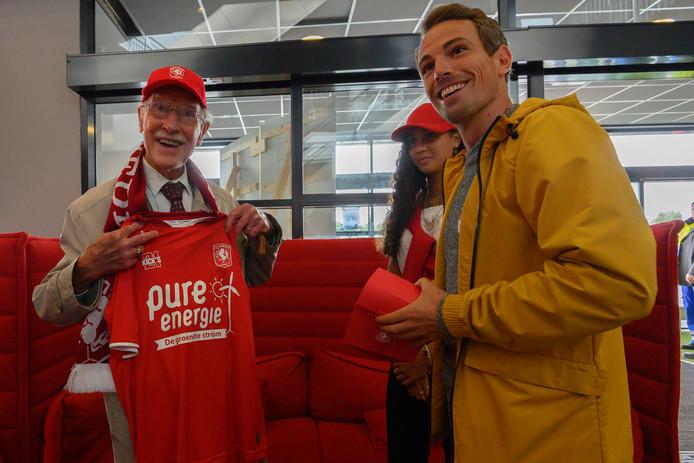 Harry Fluttert krijgt een shirt van FC Twente uit handen van Wout Brama.