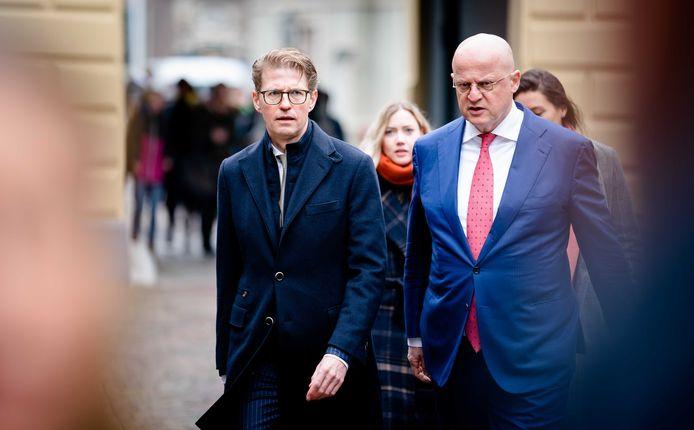 Minister Sander Dekker voor Rechtsbescherming (VVD) en Minister Ferdinand Grapperhaus van Justitie en Veiligheid (CDA) bij aankomst op het Binnenhof voor de wekelijkse ministerraad.