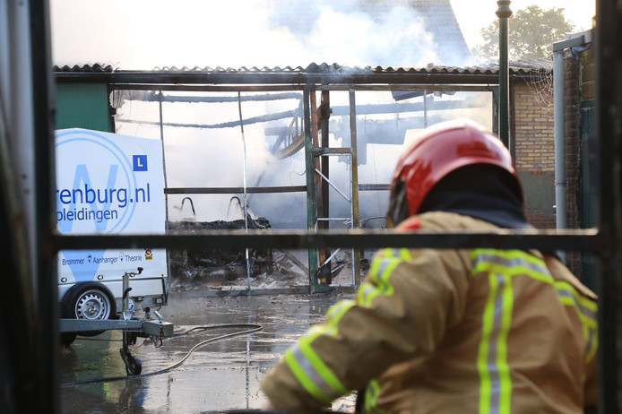 Door de brand is de loods volledig verwoest.